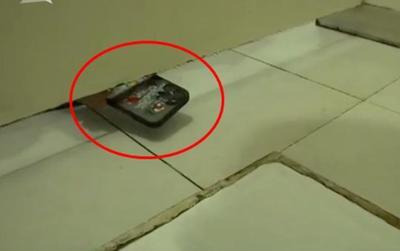Đi vệ sinh, nữ y tá 'sợ hết hồn' khi thấy điện thoại xuất hiện dưới cánh cửa