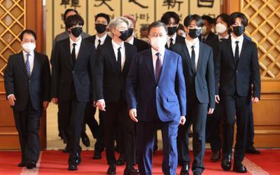 BTS xuất hiện cùng Tổng thống Moon Jae In trong lễ bổ nhiệm Đặc phái viên Văn hoá Tương lai