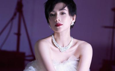 Chương Tử Di đẹp mê hoặc khi diện váy khoe xương quai xanh, đeo dây chuyền kim cương