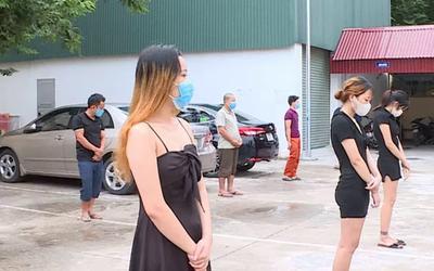 Bất chấp dịch giã, nhóm cô gái mặc váy ngắn đi hát karaoke cùng nhiều thanh niên