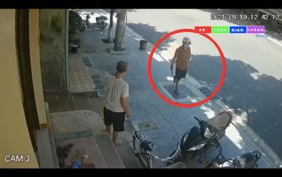 Video ghi lại một người cầm dao, đi bộ rời khỏi hiện trường người phụ nữ tử vong sau tiếng kêu cứu