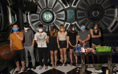 17 nam nữ tụ tập hát trong phòng VIP quán karaoke bất chấp dịch bệnh Covid-19