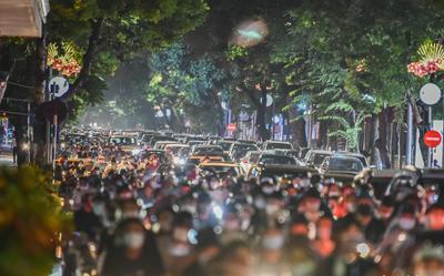 'Biển người' đổ xô lên phố cổ Hà Nội đi chơi Trung thu trong ngày đầu nới lỏng giãn cách