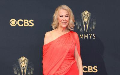 Catherine O'Hana diện thiết kế Công Trí, lọt top 10 ngôi sao mặc đẹp nhất tại thảm đỏ Emmy