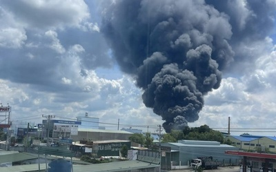 Công ty sản xuất mút xốp ở Bình Dương chìm trong biển lửa, cột khói đen bốc cao cả trăm mét