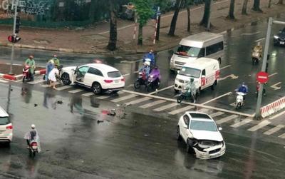 Sau pha vượt đèn đỏ, hai xe sang Mercedes GLC và Jaguar F-Pace tông nhau giữa ngã tư ở Hà Nội