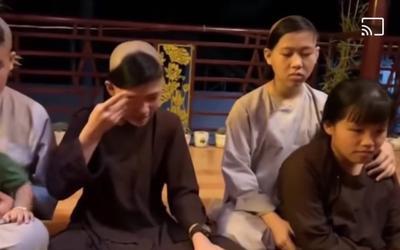 Con nuôi Phi Nhung bật khóc: 'Mẹ về với các con đi, các con sẽ bơ vơ lắm'