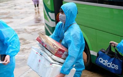 Hà Nội: Người dân phường Thanh Xuân Trung mặc đồ bảo hộ, đội mưa trở về nhà sau 21 ngày cách ly