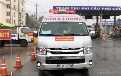 Xe cứu thương dán chữ 'Giang Kim Cúc và các cộng sự' chở chui 3 người, hú còi inh ỏi