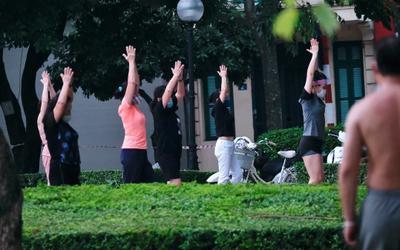 Người dân Hà Nội đi tập thể dục đông nghịt từ sáng sớm trong ngày đầu được phép hoạt động trở lại