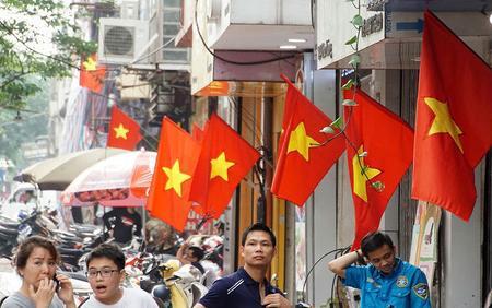 Hà Nội - Sài Gòn rợp màu cờ đỏ sao vàng mừng ngày 30/4