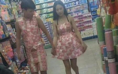 Thản nhiên mặc đồ đôi làm từ tiền giấy đi siêu thị, cặp đôi nhận kết đắng