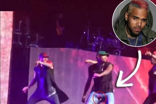 Chris Brown rách đũng quần trên sân khấu