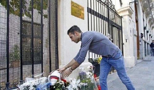 Tiền vệ Fabregas tưởng nhớ những nạn nhân khủng bố ở Paris