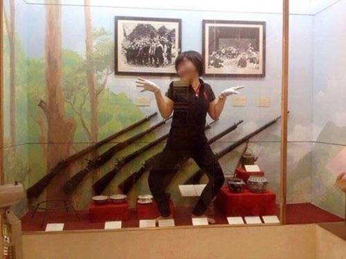 Nhân viên bảo tàng chụp ảnh tư thế 'lạ' trước hiện vật