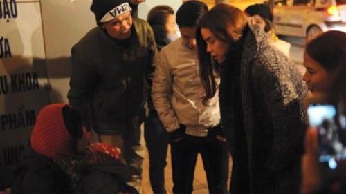 Hồ Ngọc Hà không ngại giá rét mang quà Tết cho người vô gia cư