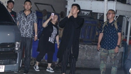 Hoàng Cảnh Du gập người chào tạm biệt fan quốc tế ngay sau tin Thượng Ẩn bị 'khai tử'