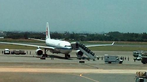 Hoãn chuyến bay quá lâu, hành khách nổi khùng dọa có bom trong hành lý