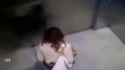 Mỹ nữ Trung Quốc ăn mặc sang trọng phóng uế trong thang máy