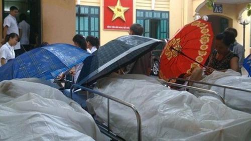 Lạ lùng cảnh phủ nilon, che ô tránh nước mưa cho bệnh nhân chờ mổ ở BV Việt Đức