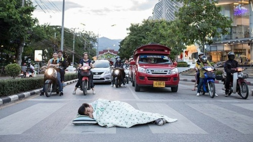 Chàng trai Thái trải chăn, gối nằm ngủ khắp đường phố