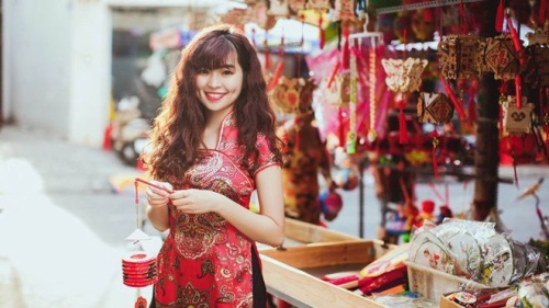'Sửu nhi' Đỗ Khánh Vân xinh đẹp trong trang phục sườn xám khoe dáng trên phố đèn lồng