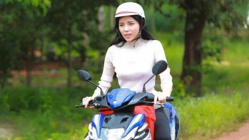 Kỳ Duyên chạy xe gắn máy trao quà cho bà con nghèo vùng biên giới