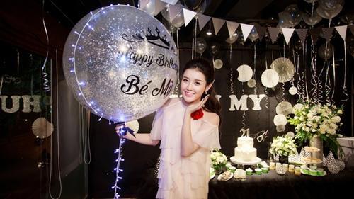 Cận cảnh tiệc sinh nhật tuổi 21 cực sang chảnh của Huyền My