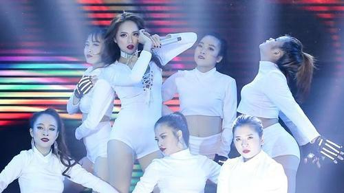 Clip: Hương Giang Idol đẹp 'mê hồn' khi xuất hiện trên sân khấu Remix New Generation 2017