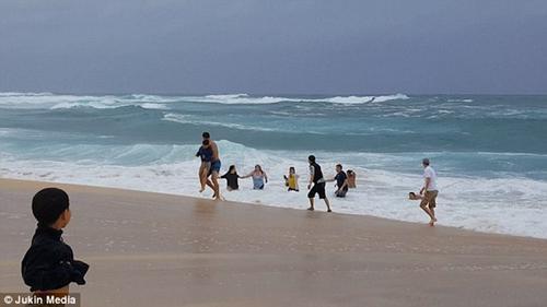 Khoảnh khắc người hùng dũng cảm lao ra giữa vùng sóng lớn cứu bé trai gặp nạn