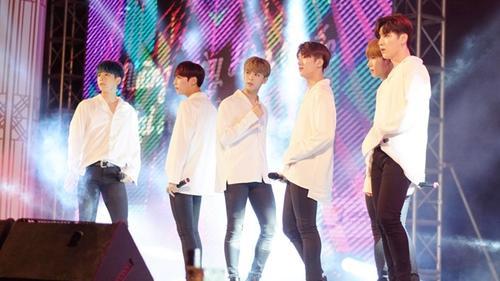 Gặp sự cố, nhóm Snuper vẫn cover 'Phía sau một cô gái' cực ngọt trong đêm nhạc có EXID