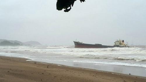 Chìm tàu chở than, tìm được 4 người, còn 9 người mất tích