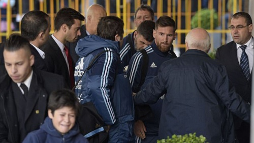 Hành động ấm áp của Messi khi thấy fan nhí òa khóc trước mặt