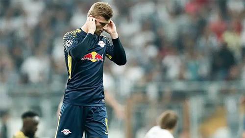 Hài hước: Cầu thủ xin rời sân vì tiếng hò hét của CĐV quá lớn