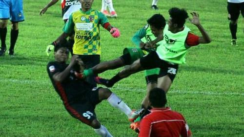 Trận bóng đá như phim chưởng gây 'bão' tại giải Indonesia
