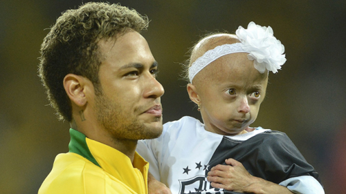Hành động ấm áp của Neymar với fan nhí 'đốn tim' người hâm mộ