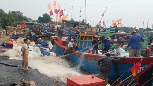 Dân Sài Gòn chống nhà, neo thuyền tránh bão