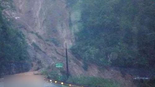 Lở núi ở TT-Huế, 21 người mắc kẹt đốt lửa chờ ứng cứu