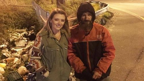 Vét những đồng cuối cùng trong túi giúp cô gái trẻ, người vô gia cư không ngờ điều hạnh phúc lại đến với mình