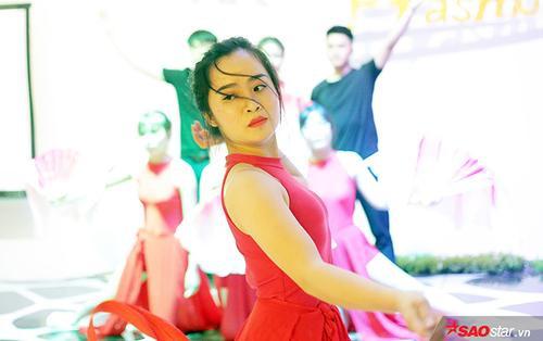 Diễn 'Lạc trôi' ở prom chia tay khóa cuối, nữ sinh ĐH Kinh tế Quốc dân gây thương nhớ với vẻ đẹp kiêu sa