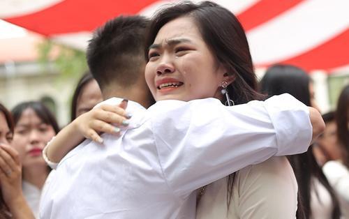 Chùm ảnh: Xúc động cảnh học sinh Việt Đức ôm nhau khóc nức nở trong ngày chia tay tuổi học trò