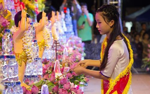 Chùm ảnh: Những bóng hồng xinh đẹp trong đại lễ Phật đản