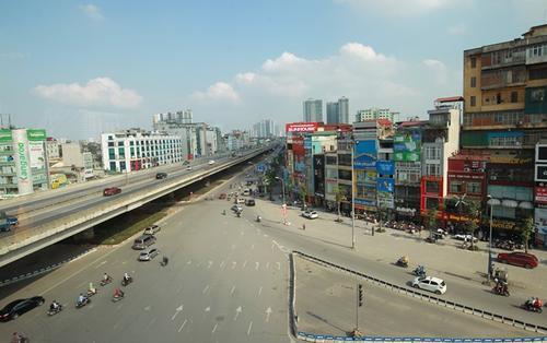 Khung cảnh đường phố Hà Nội đầy khác lạ khi nhìn từ khoang tàu tuyến đường sắt trên cao