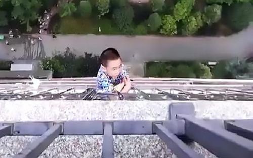Rơi từ tầng 20 rồi lơ lửng bám lan can suốt nửa tiếng, cậu bé 5 tuổi sống sót kỳ diệu