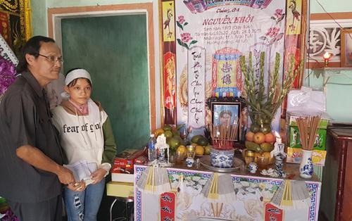 Ngày vui lạnh lẽo của nữ sinh đội tang cha và bà nội đi thi THPT quốc gia trúng tuyển ĐH Tôn Đức Thắng (TP.HCM)