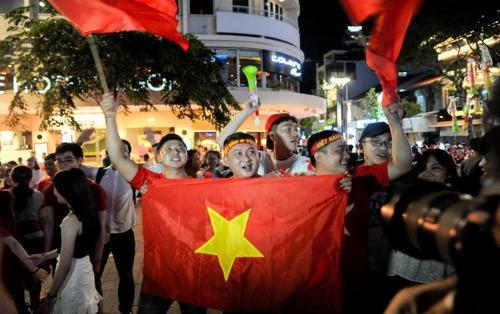 Vỡ òa cảm xúc khi Việt Nam chiến thắng 1-0, người Sài Gòn tràn ra đường ăn mừng