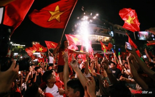 Nhìn lại khoảnh khắc lịch sử Olympic Việt Nam: Khi sắc đỏ rợp trời, tiếng hò reo mừng chiến thắng vang dội khắp 3 miền