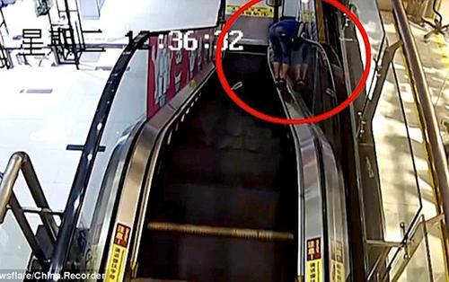 Nghịch ngợm trên thang cuốn, bé trai 11 tuổi bị kẹt đầu