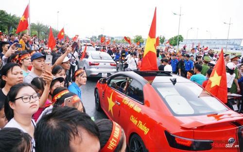Olympic Việt Nam lặng lẽ lên xe ô tô rời sân bay Nội Bài, hàng nghìn cổ động viên ra về trong thất vọng