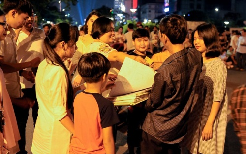 Người Sài Gòn mua giấy lót 'giữ chỗ' ùn ùn kéo đi xem bắn pháo hoa trên phố đi bộ